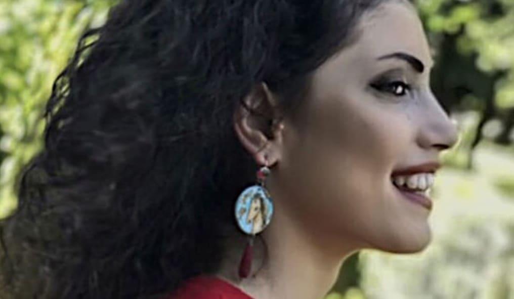 gioielli in ceramica di Vietri indossati Cristina