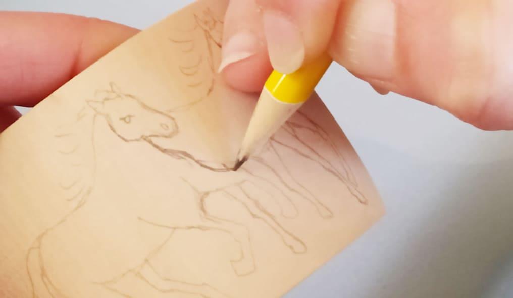 Cavalli pirografati il disegno sul braccialetto