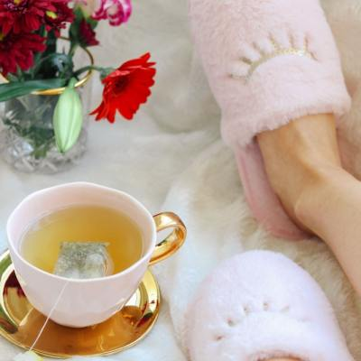 10 Natural and Fast Ways to Recover from the Cold or Flu | #sick #sickday #flu #cold #recovery #natural #naturalrecovery #fastrecovery #sickrecovery #coldremedy #coldremedies #naturalcoldremedy #naturalcoldremedies #tea #chamomiletea #flowers #slippers | clubcoconutti.com