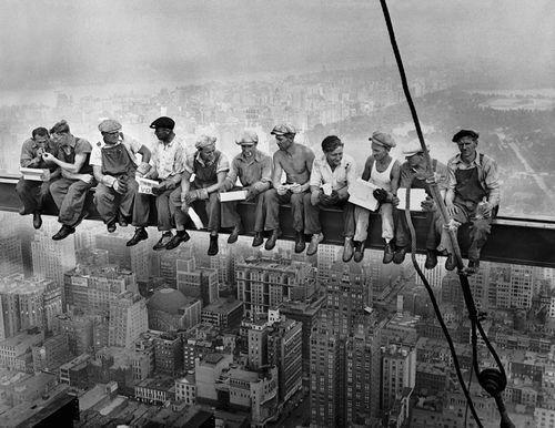 Almorzando en lo alto de un rascacielos