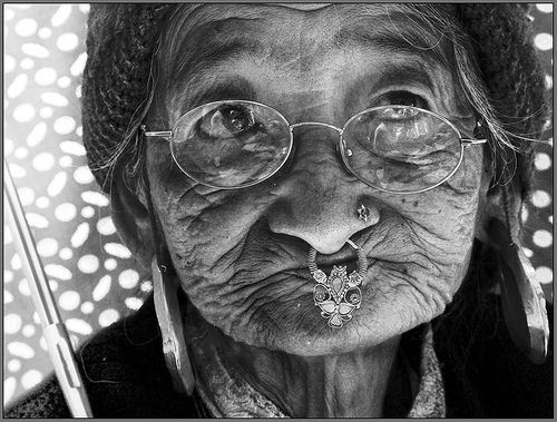 02 an old lady with an umbrella in Ravangla market!, por Sukanto Debnath