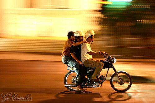 Overloaded Motorcycle, por Gerald Yuvallos