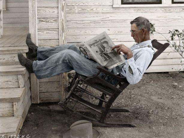 Granjero leyendo el periódico. Texas, 1931, por Edvos
