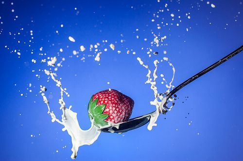 Strawberry Spoon Milk, por Chris Martino