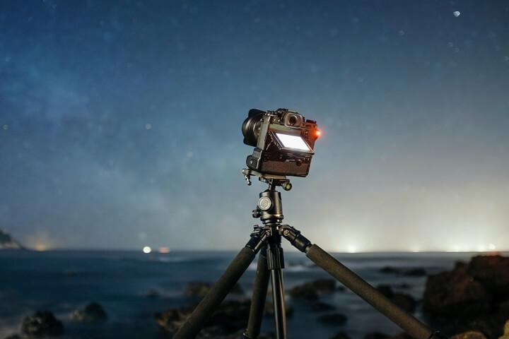 cámara con trípode fotografía nocturna