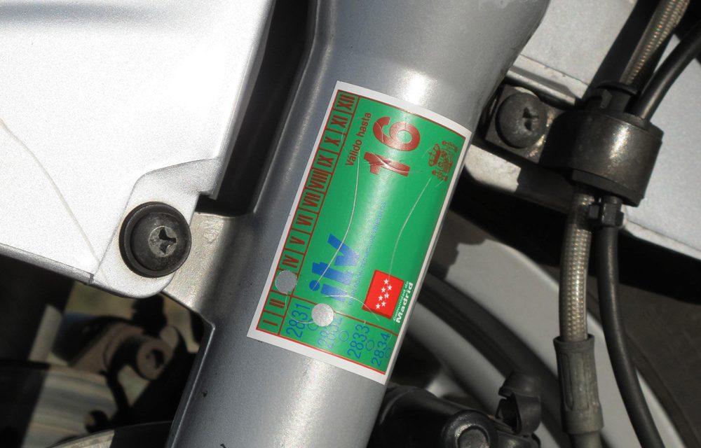 ¿Debo llevar la pegatina de la ITV en mi moto?
