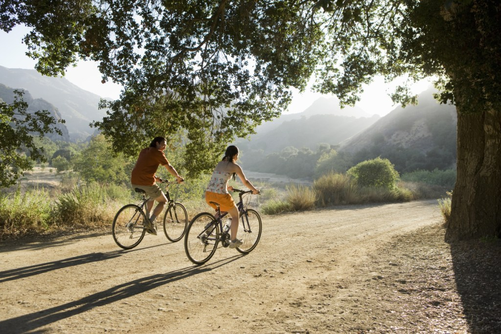 Couple-Riding-bike-The-Trent
