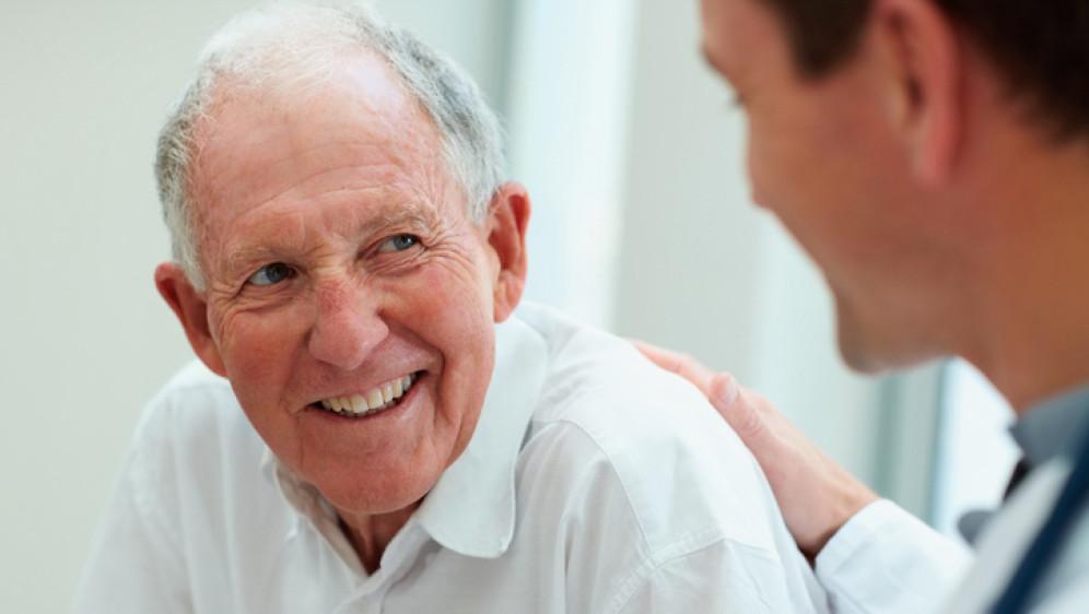idoso e medico feliz