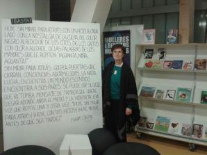 Miriam con su minificción: ¡Basta! publicada en el libro: ¡Basta! Cien mujeres contra la violencia de género