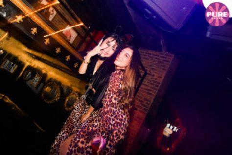 大阪のクラブ、ピュア大阪は、お酒が飲み放題のクラブです。またミュージック面ではピュア大阪はHIPHOP・ブラックミュージックの聖地と呼ばれています。大阪で国際的なクラブイベントを楽しむならピュア大阪一択と言う人も多いです。
