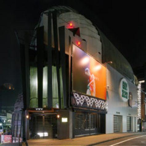 【渋谷クラブ】WWW 、 WWWX 、WWWβのアクセスについて、JR渋谷駅のハチ公口から徒歩7分です。ハチ公から行く場合はスクランブル交差点正面の「Qフロント」ビル(TSUTAYA、スターバックスが入っているビル)の右側の通りを直進し。 西武デパートA館とB館の間を左折する、約180メートル先の右側にZERO GATEがあるので、その角からスペイン坂へ入り直進します。坂の頂上左側にあるCINEMA RISE地下階がWWW、2FがWWW Xになります。渋谷APEの並び、スペイン坂の上のWWWと言えば誰もが知っている場所です。