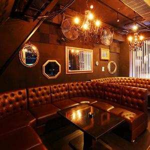 【岡山クラブ】VESTI Room - ベスティルーム岡山、岡山の人気クラブベスティルームの口コミ、表示、クーポンについて、岡山の人気クラブ、「ベスティールーム」は芸能人や著名人も遊びに来る人気のクラブ。DJBAR、キャパシティは150人で1500円前後から遊べるリーズナブルでありながらVIP席も完備のしている、高級感のあるクラブ。
