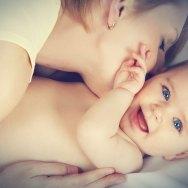 Cat stăm acasă cu bebe în primii ani de viață? Beneficii imediate și pe termen lung