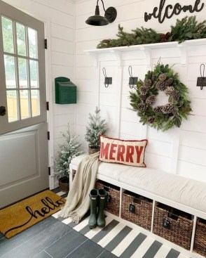 Unordinary Farmhouse Christmas Entryway Design Ideas For The Amazing Looks35