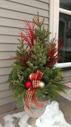 Trendy Outdoor Christmas Decorations To Copy Right Now25