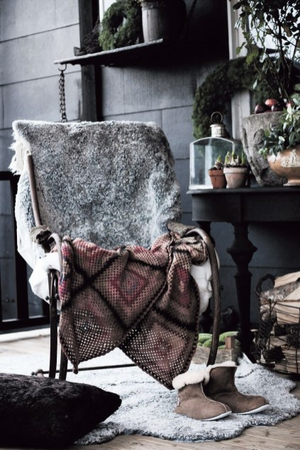 Spectacular Winter Décor Ideas With Textiles That You Need To Try23