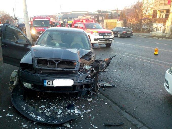 (Foto) Accidente Cluj. Mașină răsturnată pe Calea Dorobanților. 4 persoane rănite pe Frunzișului! 4