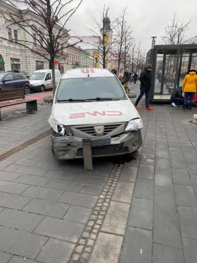 (Foto) Accident Cluj. Chioșc distrus după ce două mașini s-au lovit pe Bulevardul Eroilor 2