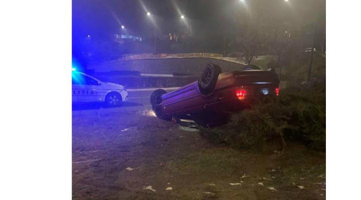 """Accident Cluj. BMW răsturnat la Podul N (Cora). Mihai: """"Era extrem de alunecos pe jos, abia puteai să stai în picioare. Pot să confirm că mașina era pe plafon, destul de bine tocit de altfel, cu roata dreapta spate ruptă, deci probabil a derapat spre stânga, s-a răsucit, a dat în bordură și s-a răsturnat"""" 2"""