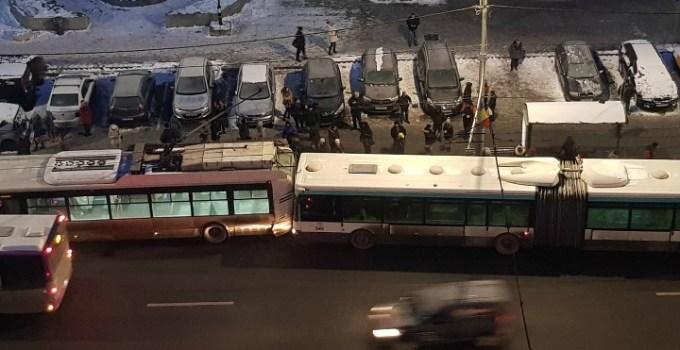 """Accident Cluj. Autobuz vs troleibuz lângă OMV Mărăști. Petre: """"No asta nu'i bine, speram, călătorii sa fie toți ok, o zdruncinătură din aia poate provoca probleme..."""" 15"""