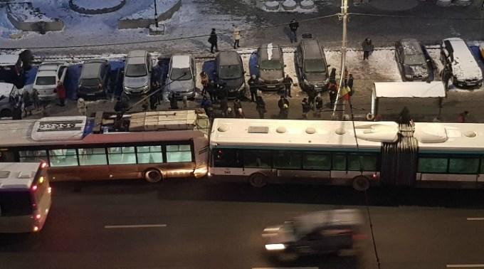 """Accident Cluj. Autobuz vs troleibuz lângă OMV Mărăști. Petre: """"No asta nu'i bine, speram, călătorii sa fie toți ok, o zdruncinătură din aia poate provoca probleme..."""" 1"""