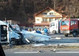 (Foto) Accident Cluj. Microbuz lovit de un camion. Două persoane rănite, la Ciucea 4