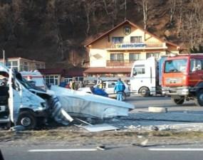 (Foto) Accident Cluj. Microbuz lovit de un camion. Două persoane rănite, la Ciucea 10