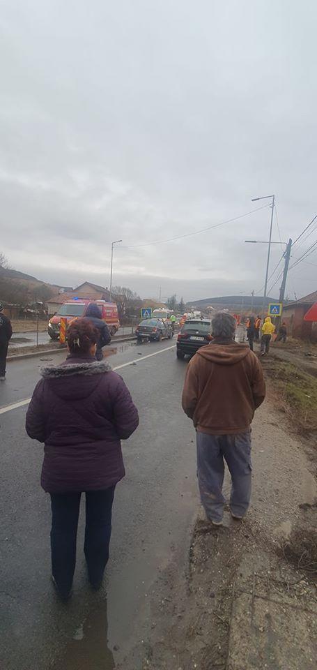 (Foto) Accident Cluj. Patru autovehicule s-au ciocnit la Vâlcele. Două persoane au fost transportate la spital 9