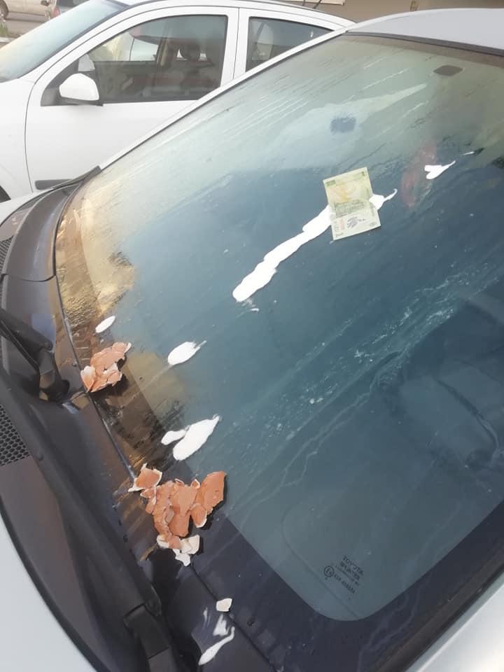 """Foto Cluj. Mașină vandalizată în Florești. I-a """"lipit"""" bani și ouă pe parbriz. """"Așa am găsit mașina azi-dimineață în parcare. Este parcarea mea, sunt blocuri mai noi cu locatari putini, chiar nu înțeleg. Merg azi la politie"""" 3"""