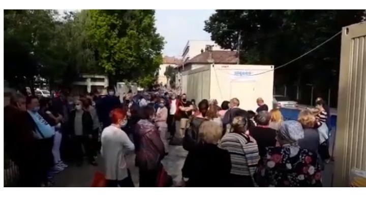 """Video Cluj. Cozi uriașe în fața Institutului Oncologic. Emanuel Ungureanu: """"FOCAR de Covid 19. De ce ascunde conducerea spitalului faptul că s-au infectat acum câteva zile, 3 rezidenți, 3 asistente medicale și o infirmieră pe secția de Oncologie Medicală?"""" 1"""