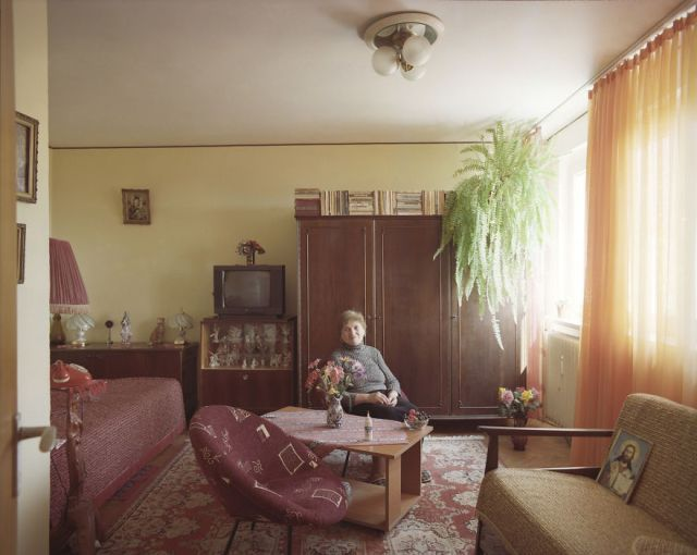 10-identical-apartments-10-different-lives-documented-by-romanian-artist-2__880