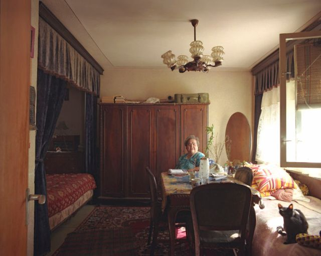 10-identical-apartments-10-different-lives-documented-by-romanian-artist-6__880