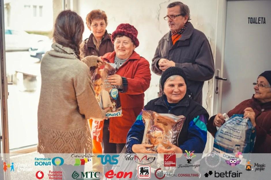 """Peste 3000 de pachete cu alimente au fost oferite în cadrul campaniei """"Nepoţi de Crăciun"""""""