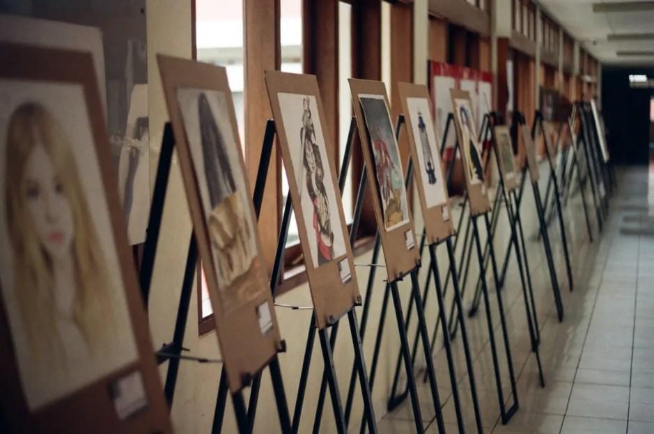 """Expoziţie de pictură la Clinica """"Medicală I"""" din Cluj. Studenţii UAD vor să înfrumuseţeze unele spaţii din spital"""
