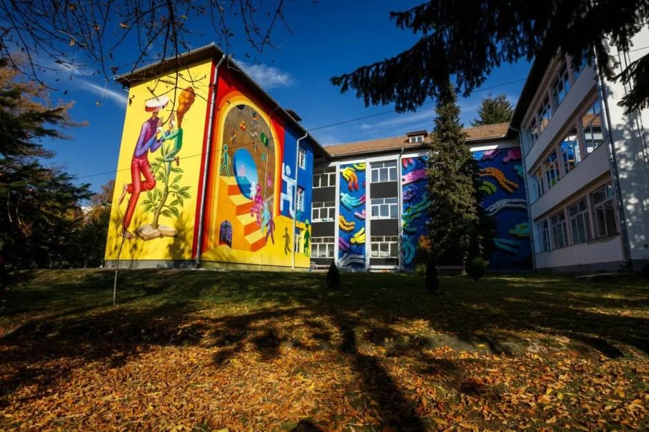 Artă în curtea școlii | Mai mulţi artişti au colorat zidurile cenuşii ale unei şcoli din Cluj