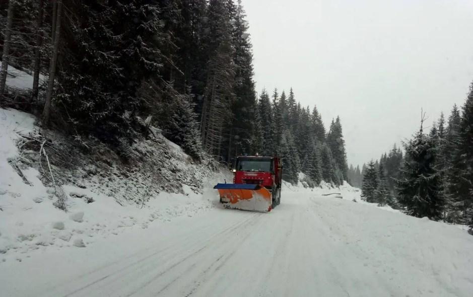 Trei drumuri din zona muntoasă a Clujului au fost închise temporar din cauza viscolului