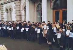 Aproximativ 100 de magistrații din Cluj protestează în stradă pentru a susține independența Justiției