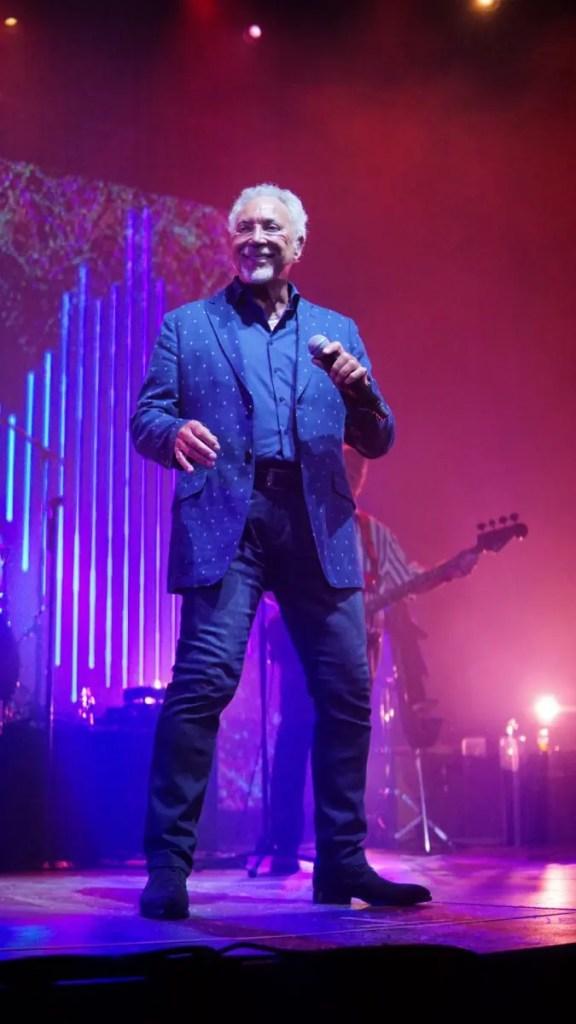 Sir Tom Jones a concertat la Cluj în faţa a mii de fani veniţi din toate colţurile ţării