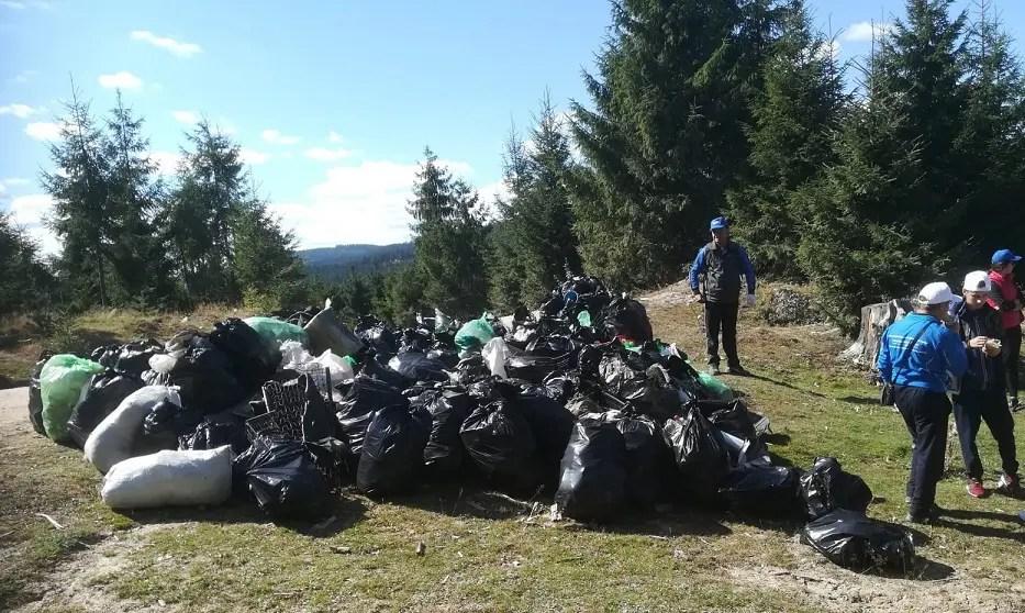 Ecologizare în jurul lacului Tarniţa: 150 de voluntari au strâns 1.200 de saci cu gunoaie