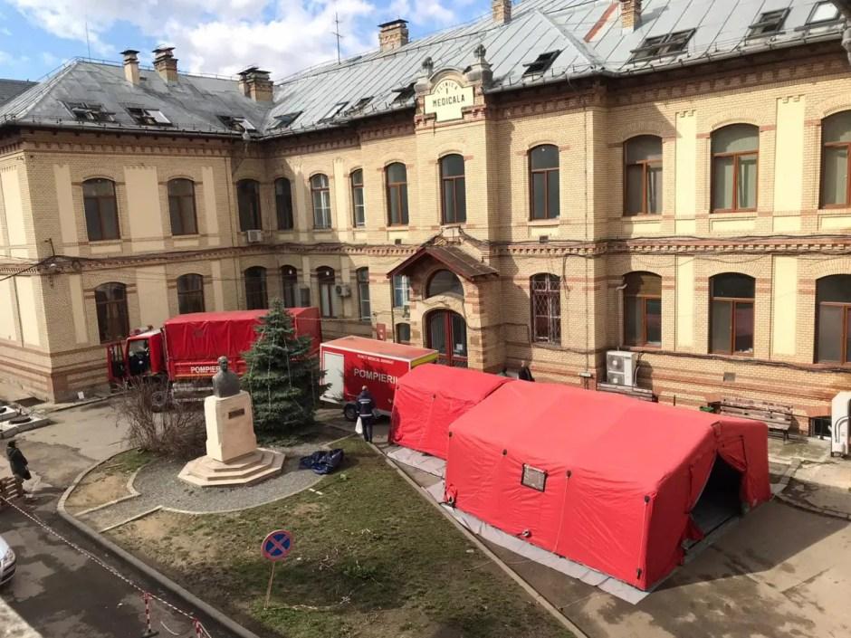 Cort de triaj în fața Clinicii Medicală I Cluj | Pacienţii cu coronavirus vor fi internaţi şi în acest spital