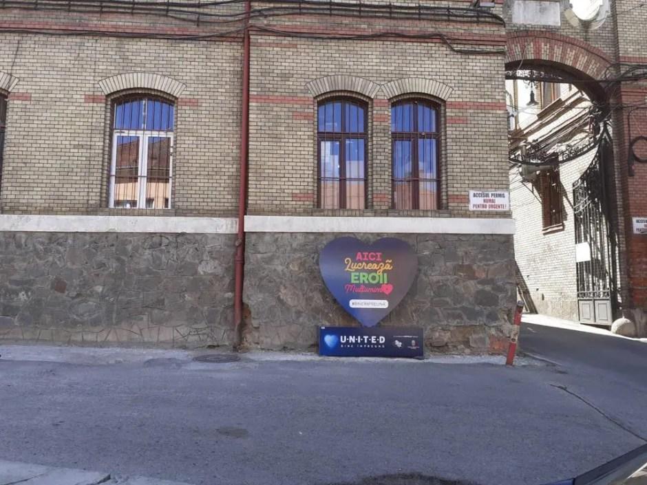 7 inimi imense cu mesaje de mulţumire au fost amplasate în faţa a şapte spitale COVID-19 din România