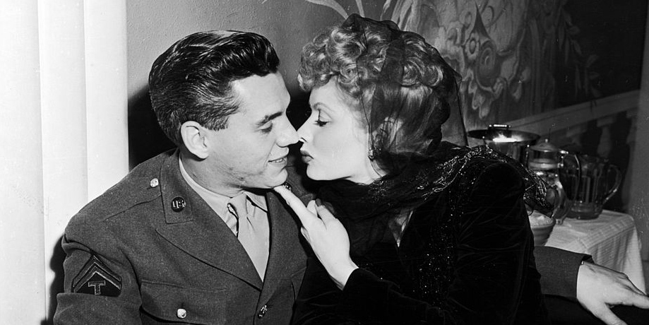 https://i1.wp.com/clv.h-cdn.co/assets/17/09/1488321270-lucy-desi-kiss.jpg