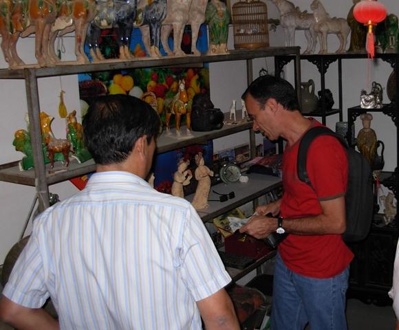 Cláudio em loja de antiguidades emPequim
