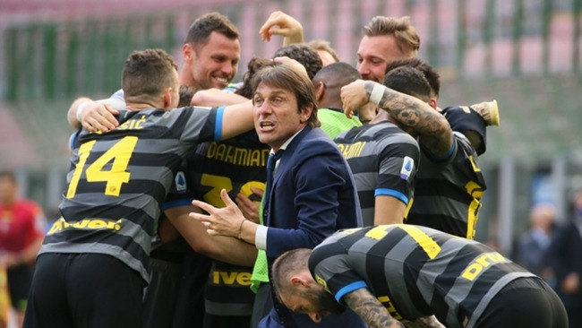 Inter boss Antonio Conte celebrates with his players after Matteo Darmian's goal in their 1-0 win over Hellas Verona