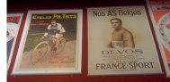 Affiche des cycles Ph. Thys sur bicyclette type Tour de France, dim 58x78, entoilée (180/200 euros) et affiche «Nos as belges» avec en illustration Devos et son palmarès sur Bicyclette France-Sport, dim 62x85 cm (250/280 euros).