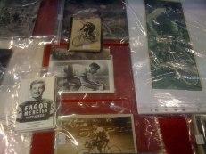 Plusieurs lots, dont un de 8 cartes postales signées par des coureurs comme Guimard, Poulidor, Darrigade, Janssen, Groussard... (80/100 euros) et un de 20 photos de presse originales prises à diverses périodes (80/100 euros).