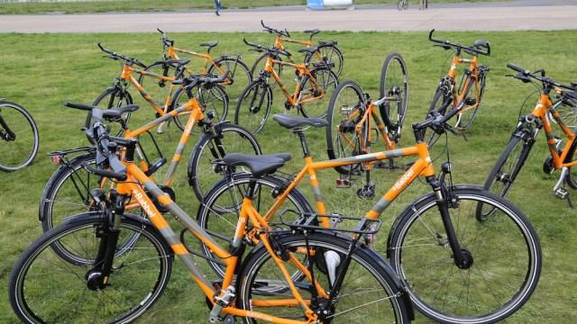 Des vélos au lieu de voitures de fonction : sur la piste cyclable et trois fois autour de la terre