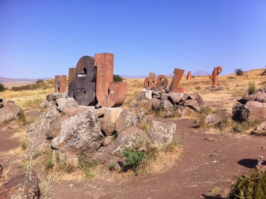 Le monument érigé à la gloire de la langue arménienne et de son alphabet, érigé en 2005