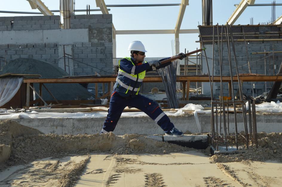 Bauarbeiter gräbt Erde