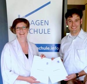 BLB-Niederlassungsleiterin Therese Yserentant und Alexander Flieger, HagenSchule, tauschen die unterschriebenen Mietverträge.